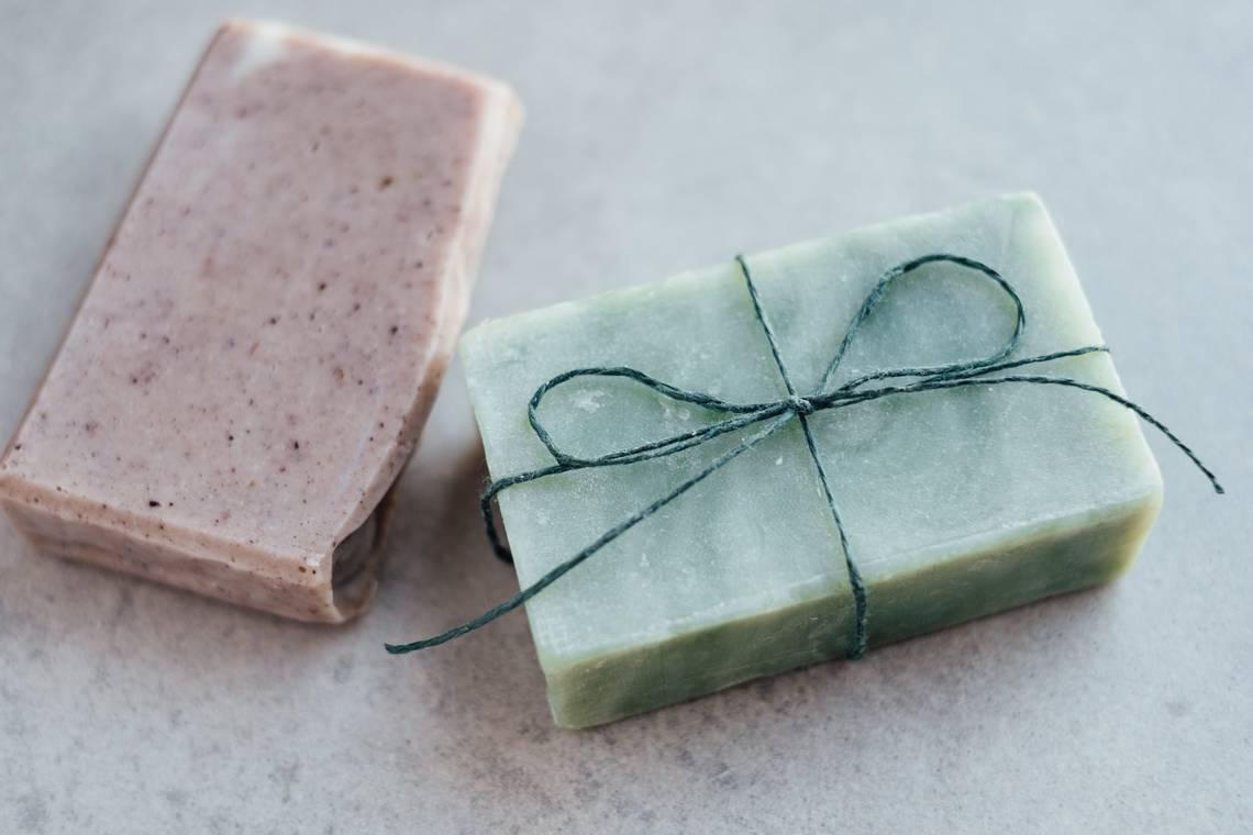 Pains de savons solides saponifiés à froid rose et bleus.