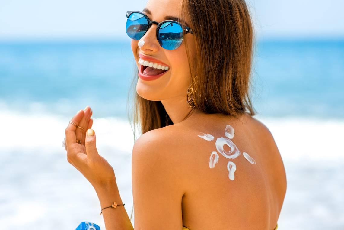 femme-creme-solaire